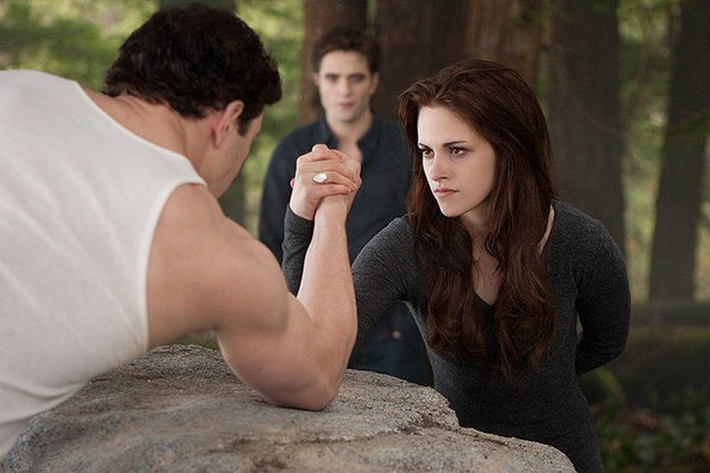 Twilight Saga: Breaking Dawn - Parte 2, Kellan Lutz sfida Kristen Stewart a braccio di ferro