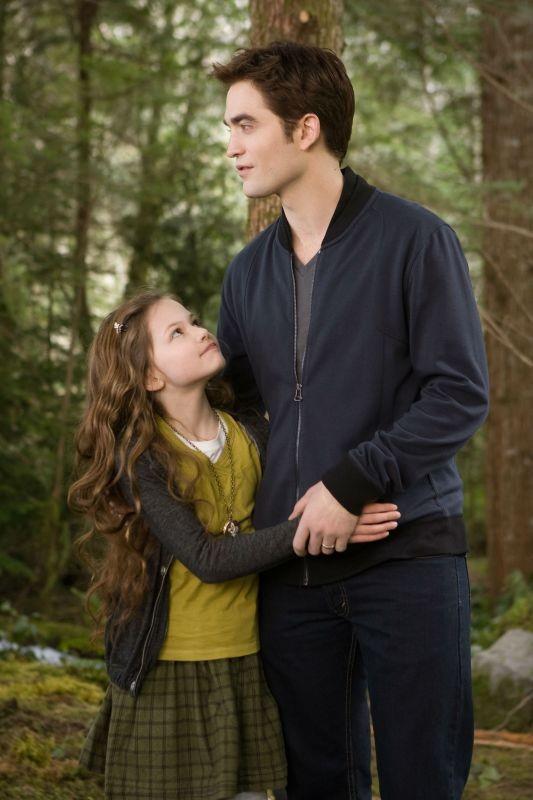 Twilight Saga: Breaking Dawn - Parte 2, Robert Pattinson e Mackenzie Foy in una scena