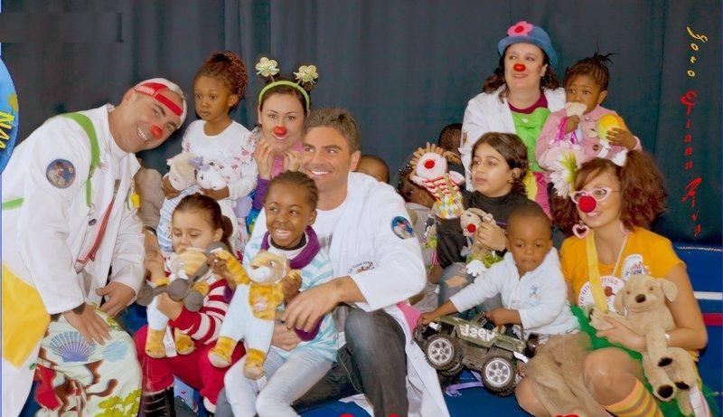 Salvatore Ruocco durante una collaborazione con un'associazione benefica, insieme ad un gruppo di bambini in difficoltà