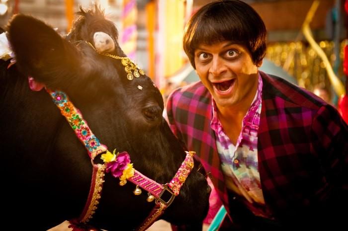 Agent Ranjid rettet die Welt: Prashant Prabhakar in una scena con la mucca Benita