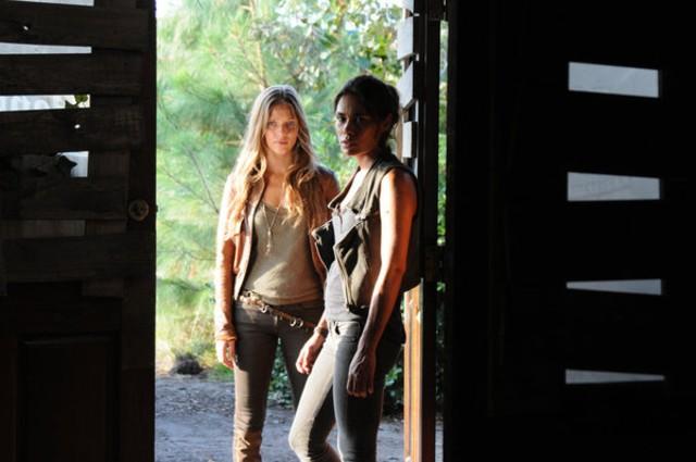 Revolution: Tracy Spiridakos e Daniella Alonso in una scena dell'episodio No Quarter