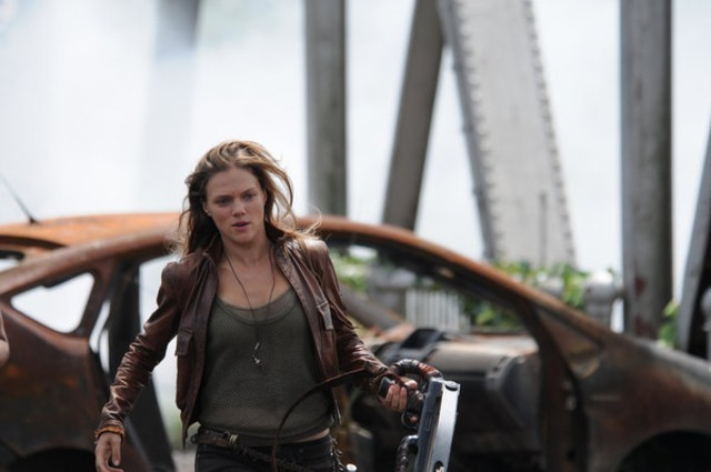 Revolution: Tracy Spiridakos in una scena dell'episodio No Quarter