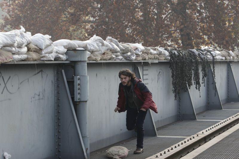 Venuto al Mondo: Emile Hirsch in azione in una scena del film