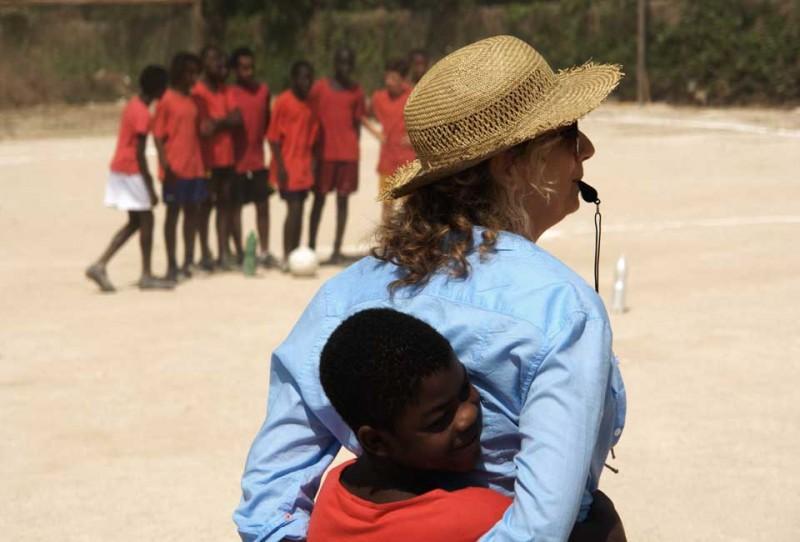 Il sole dentro: Fallou Cama con Angela Finocchiaro in una scena del film