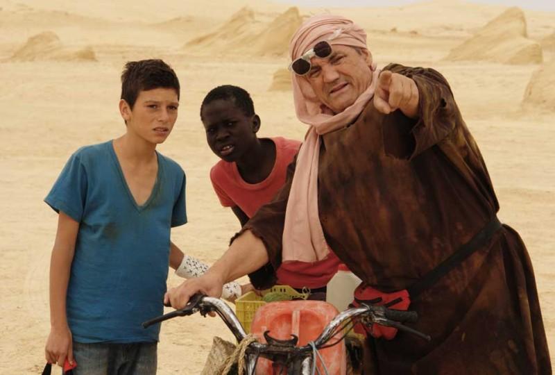 Il sole dentro: Fallou Cama, Gaetano Fresa e Francesco Salvi in una scena del film