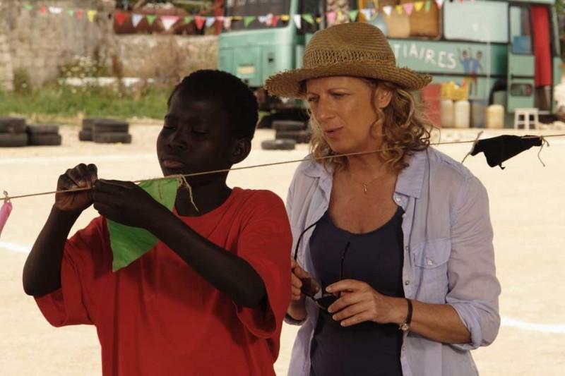 Il sole dentro: Fallou Cama insieme ad Angela Finocchiaro in una scena del film