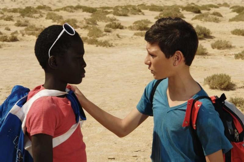 Il sole dentro: Fallou Cama nel deserto con Gaetano Fresa in una scena