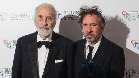 Tim Burton riceve il BFI Fellowship consegnatogli da Christopher Lee durante la 56° edizione del BFI London Film Festival
