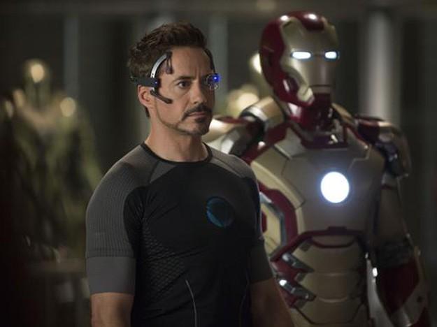 Iron Man 3: un primo piano di Robert Downey Jr. impegnato a progettare una nuova tuta per combattere i nemici