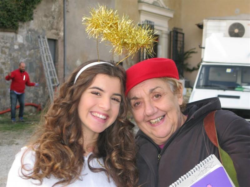 I Cesaroni 5, Angelica Cinquantini insieme alla sua insegnante d'italiano in una foto scattata sul set