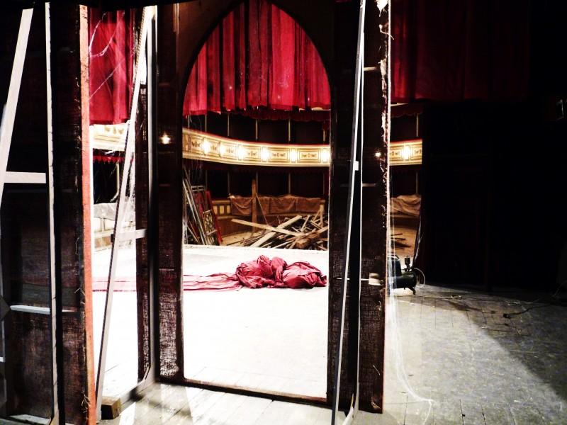 Il Commissario Nardone - scenografia del teatro in rovina (G. Pirrotta)