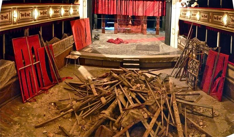 Il Commissario Nardone - scenografia del teatro in rovina progettate e realizzate da Giuseppe Pirrotta