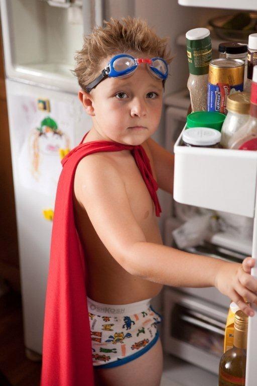 Jackson Nicoll, un mini-supereroe davanti al frigo in Fun Size, commedia del 2012