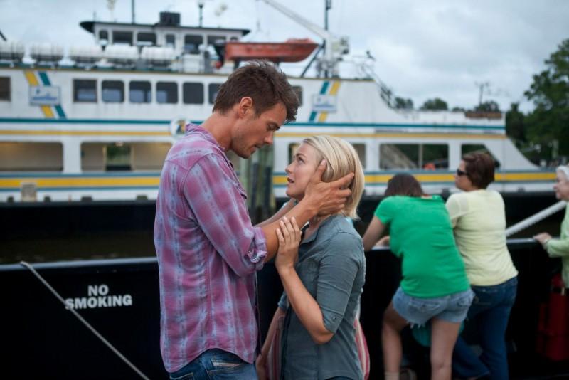Safe Haven: Josh Duhamel e Julianne Hough in una romantica immagine