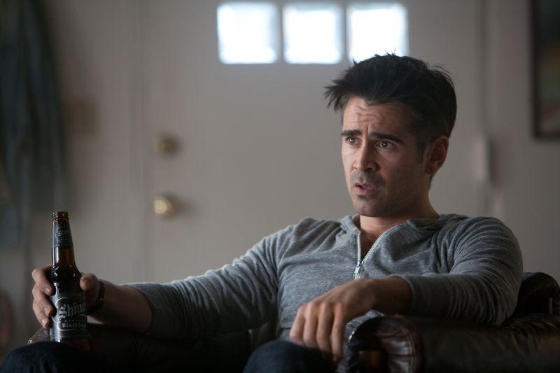 7 psicopatici: Colin Farrell sorseggia una birra in una scena del film