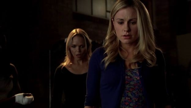Anna Paquin e Lauren Bowles in una scena dell'episodio La resa dei conti della quarta stagione di True Blood