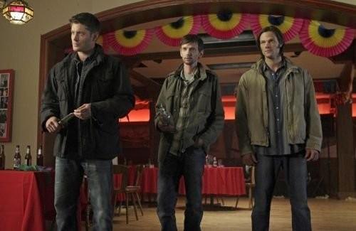 Jensen Ackles, DJ Qualls e Jared Padalecki nell'episodio Season Seven, Time for a Wedding! della settima stagione di Supernatural