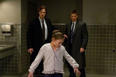 Jensen Ackles e Jared Padalecki in una scena dell'episodio Out with the Old della settima stagione di Supernatural