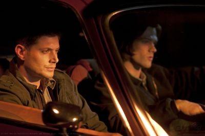 Jensen Ackles e Jared Padalecki in una scena dell'episodio Party On, Garth della settima stagione di Supernatural