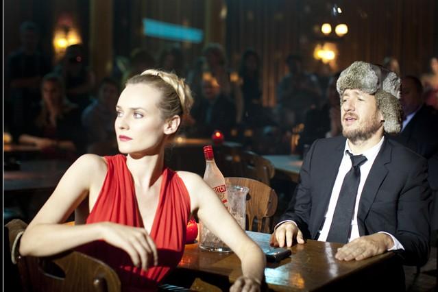 Diane Kruger 'signora in rosso' nella commedia Un plan parfait accanto a Dany Boon