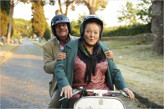 Giancarlo Giannini in vespa con Marianne Sägebrecht nella commedia Omamamia