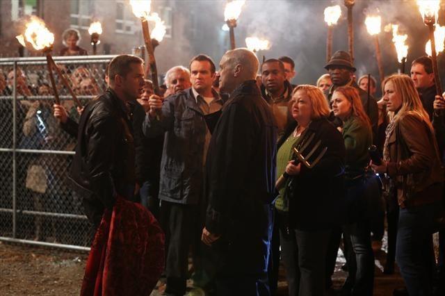 Alan Dale, Noah Beggs, Elizabeth McCarthy e Josh Dallas durante una scena dell'episodio Child of the Moon della serie C'era una volta