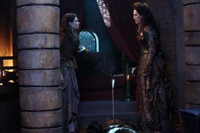 Annabeth Gish e Meghan Ory durante una scena dell'episodio Child of the Moon della serie C'era una volta