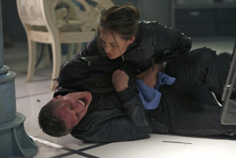 Devon Sawa e Maggie Q in una scena dell'episodio Consequences della serie TV Nikita