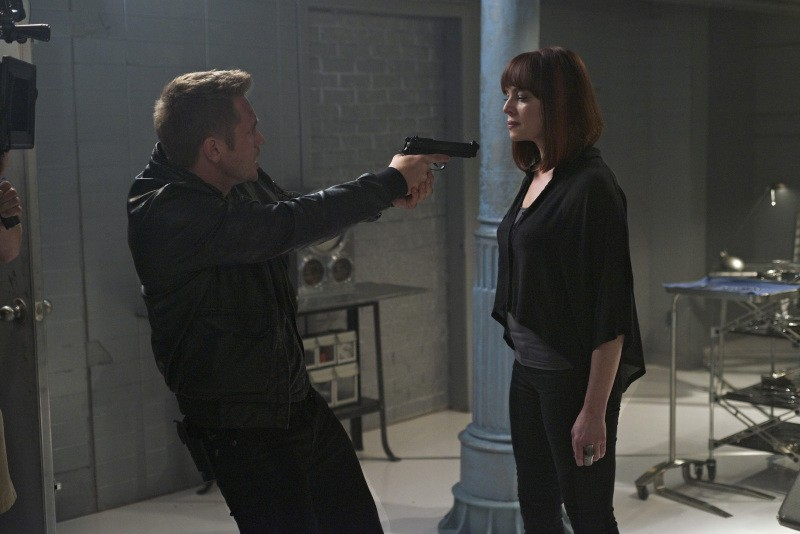 Devon Sawa e Melinda Clarke in una scena dell'episodio Consequences della serie TV Nikita