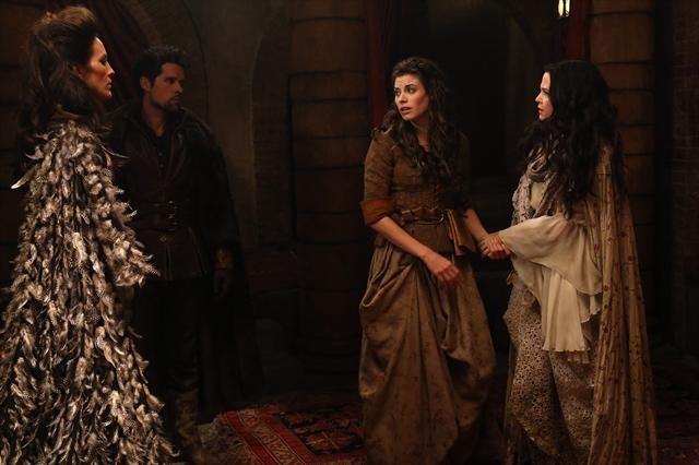 Ginnifer Goodwin, Ben Hollingsworth, Meghan Ory e Annabeth Gish durante una scena dell'episodio Child of the Moon della serie C'era una volta