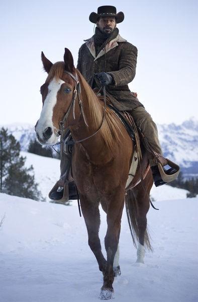 Jamie Foxx cavaliere nella neve in una scena di Django Unchained
