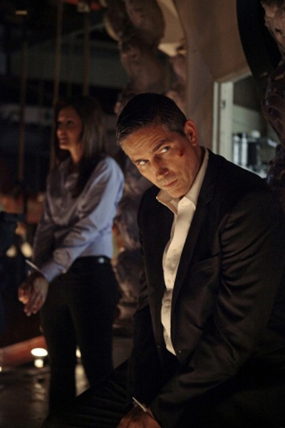 Jim Caviezel e Gloria Votsis in un momento dell'episodio Bury the Lede della serie TV Person of Interest