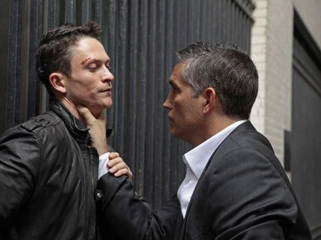 Jim Caviezel e Jonathan Tucker in un'immagine promozionale dell'episodio Triggerman della serie Preson of Interest