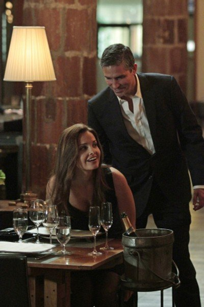 Jim Caviezel insieme a Gloria Votsis in un momento dell'episodio Bury the Lede della serie TV Person of Interest