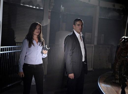 Jim Caviezel insieme a Gloria Votsis in una scena dell'episodio Bury the Lede della serie Person of Interest