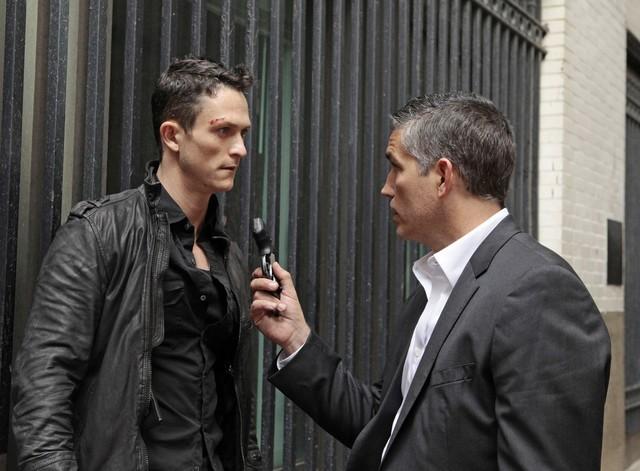Jonathan Tucker e Jim Caviezel in un'immagine promozionale dell'episodio Triggerman della serie Preson of Interest