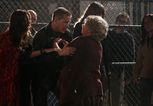 Josh Dallas, Beverly Elliott e Meghan Ory durante una scena dell'episodio Child of the Moon della serie C'era una volta