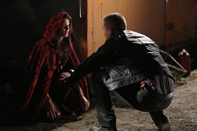 Josh Dallas con Meghan Ory durante una scena dell'episodio Child of the Moon della serie C'era una volta