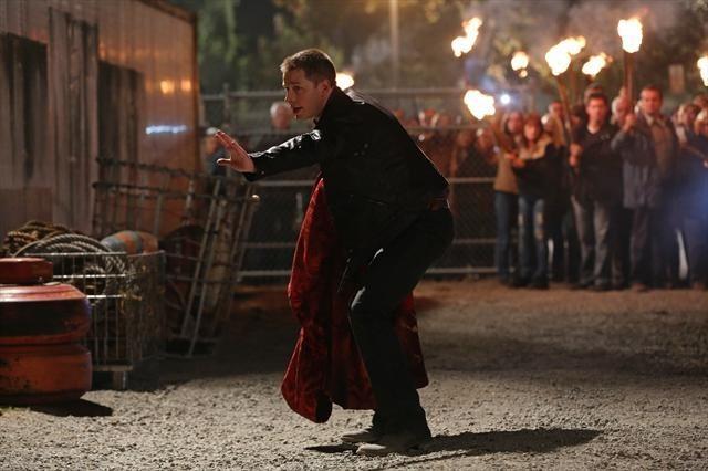 Josh Dallas durante una scena dell'episodio Child of the Moon della serie C'era una volta