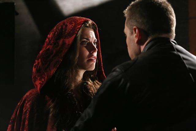 Josh Dallas e Meghan Ory durante una scena dell'episodio Child of the Moon della serie C'era una volta