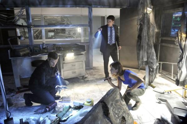 Noah Beah, Lyndsy Fonseca insieme a Devon Sawa in una scena dell'episodio The Sword's Edge della serie televisiva Nikita
