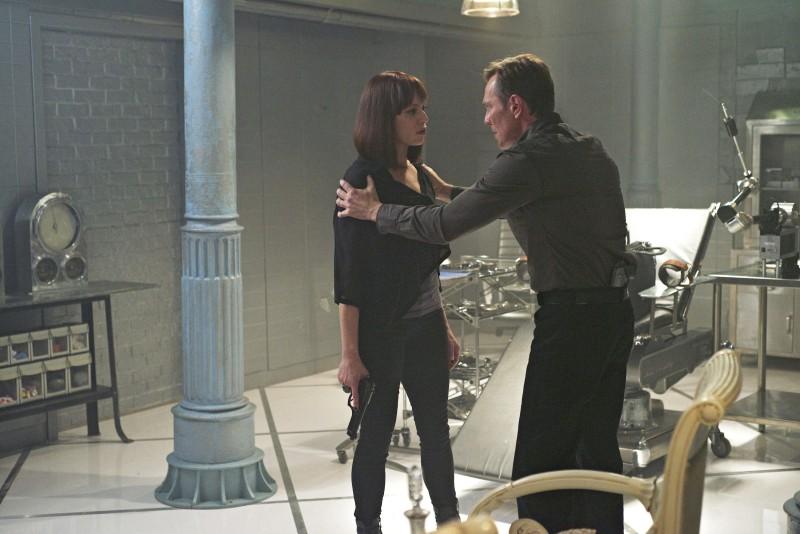 Peter Outerbridge e Melinda Clarke in una scena dell'episodio Consequences della serie TV Nikita
