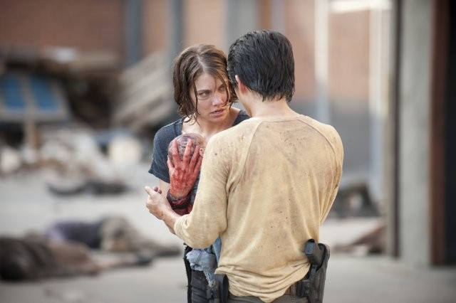 The Walking Dead: Lauren Cohan e, di spalle, Steven Yeun in una scena dell'episodio Dentro e fuori