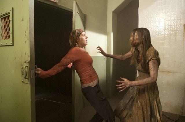 The Walking Dead: Melissa Suzanne McBride fronteggia un'Errante nell'episodio Dentro e fuori