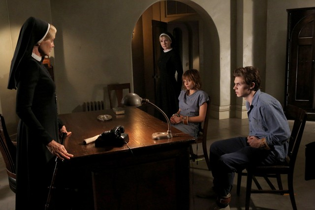 American Horror Story, Asylum - Jessica Lange, Lily Rabe, Lizzie Brochere, and Evan Peters nell'episodio I Am Anne Frank, prima parte