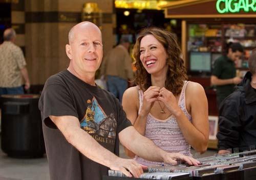 Bruce Willis e Rebecca Hall complici e sorridenti sul set di Lay the Favorite