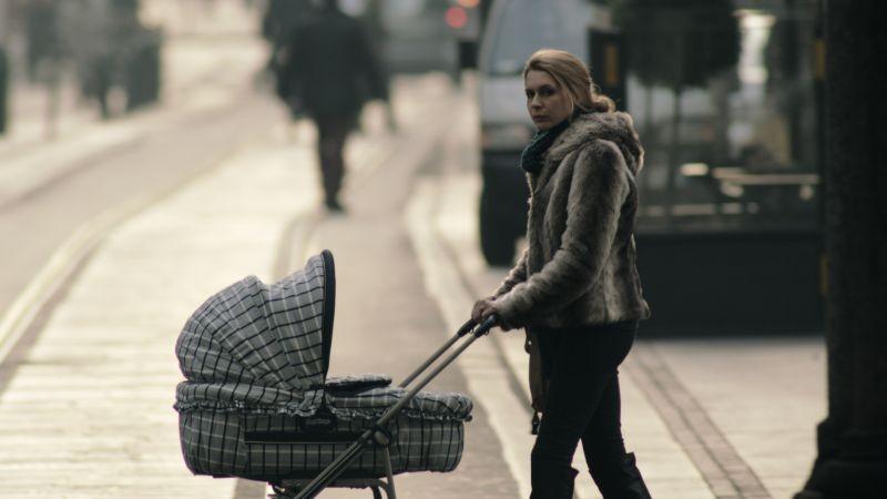 Tutto parla di te: Elena Radonicich spinge un passeggino in una scena