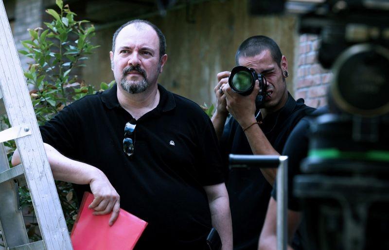 L'isola dell'angelo caduto: lo scrittore e regista del film Carlo Lucarelli sul set