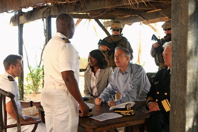 Bruce Davison e April Grace in una scena dell'episodio L'accordo della prima stagione di Last Resort
