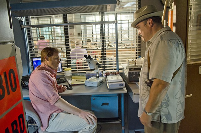 Dexter: David Zayas e Michael C. Hall nell'episodio Chemistry